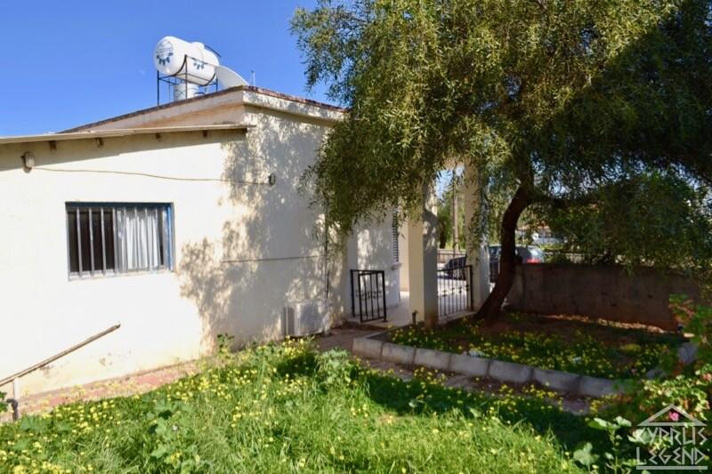 Отдельный трехкомнатный дом с участком земли